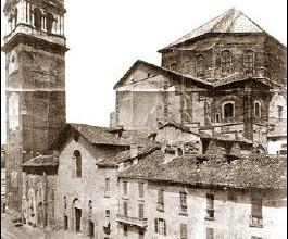 Torre civica di Pavia con le vecchie chiese in Piazza Duomo di Pavia