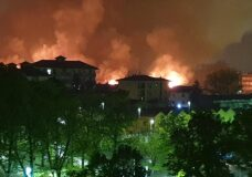 Incendio dei capannoni abbandonati all'ex scalo ferroviario di Pavia